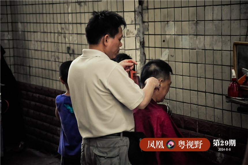 """小时候的广州并没有那么多理发铺,许多人的头发都是交由巷子里的民间理发师来完成,广州人称之为""""飞发佬""""。小编当年保持了十多年的小平头,都是由""""飞发佬""""修剪的,如今在大新街重新看到这一幕,心里有说不出的滋味。"""