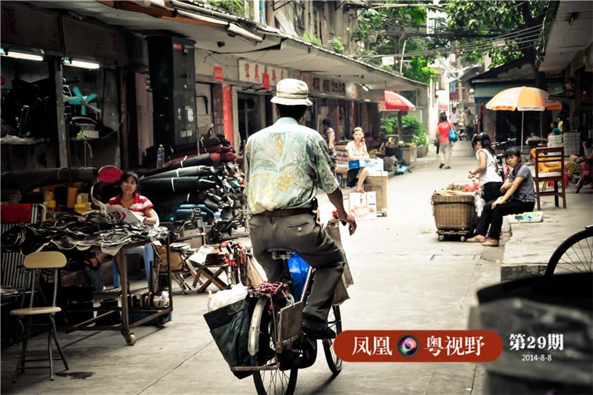 旧时广州许多补锅专业户会骑着这样的自行车,在小巷里吆喝,然后街坊就会拿出穿孔的铁锅出来让他补,如今以补锅为业的人几乎绝迹。