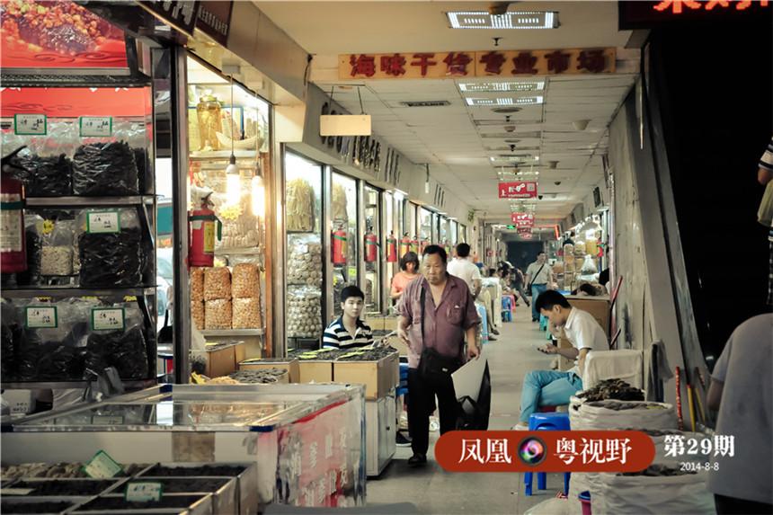 清朝广州作为中国第一大港,买卖交易无时不在进行。为了让这里的商业活动在各种复杂环境下都能进行,精明的广州人修建了这种既能遮风挡雨,有能居住商人的骑楼。