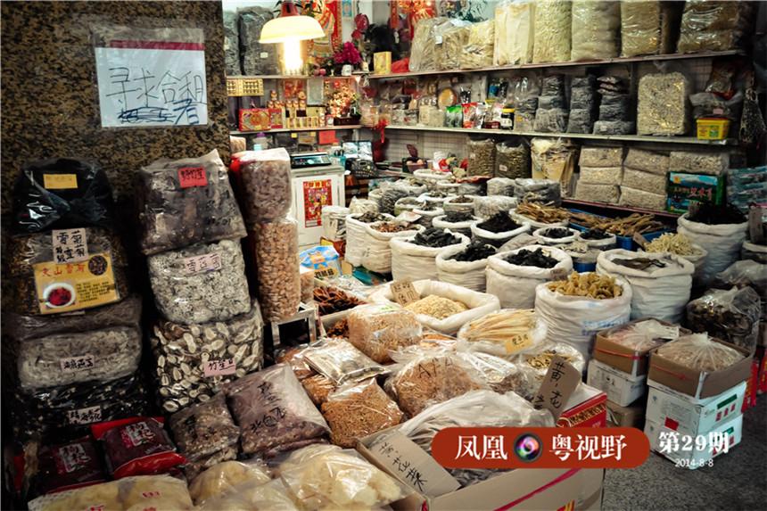 在广州骑楼之下,最常见的就是整齐摆放的海味干货。
