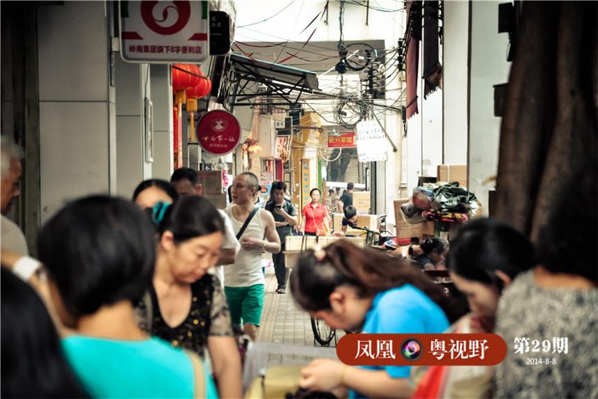 """这些风物景致或许不可能被列入广州非物质文化遗产,但他们却真实延续着老广州的历史,让我们得以领略老广州曾经的风味。一德路西段骑楼后虽经过翻新却已非原貌,小编向当地的居民打探有关""""海味巷""""的历史时,甚至一些久居此地的老人也无法记起。图为:一德路海味街。"""