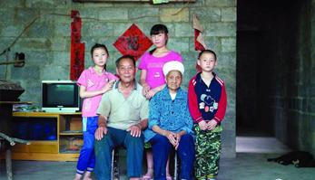 图片故事:留守儿童家庭残缺的全家福