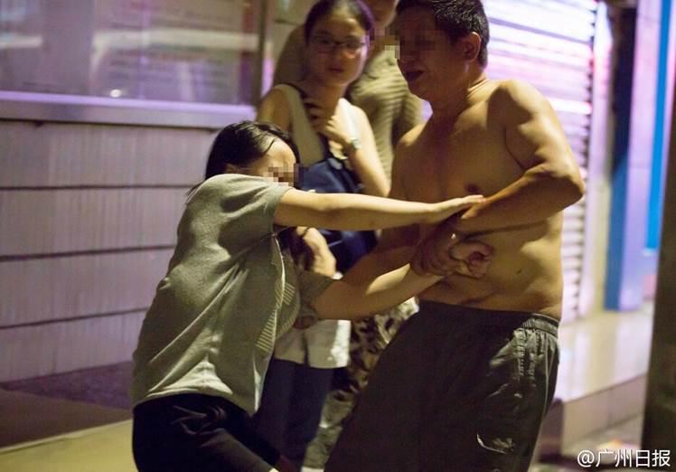 16岁少女遭亲父多次猥亵 上学时被叫去开房组