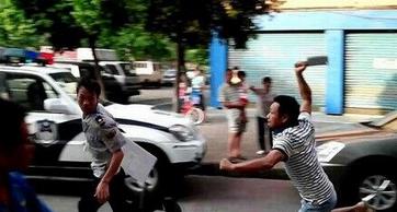 店主持刀追砍城管 警察鸣枪示警