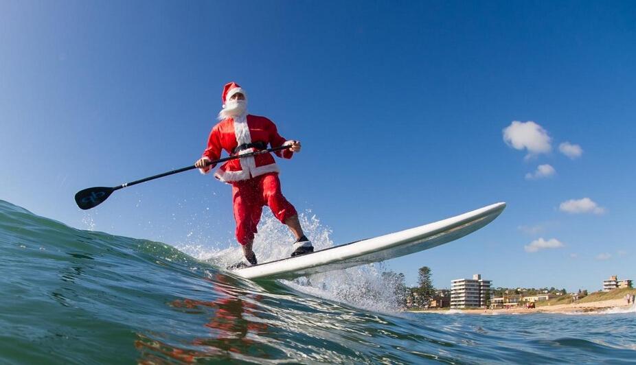 悉尼圣诞老人海中冲浪秀身手