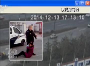 女民工讨薪被警察踩头全程监控