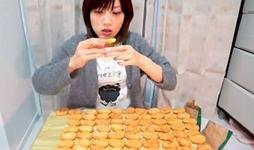 日本萌妹子7分钟吃62个汉堡