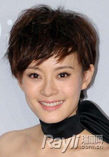 孙俪的小短发很是俏皮,可爱,偏分的刘海故意打造出长短不一的凌乱