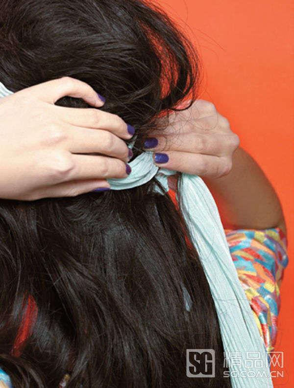 操作步骤 1.将丝带在头发上绕上一圈,然在你的后脑勺下方打一个结.