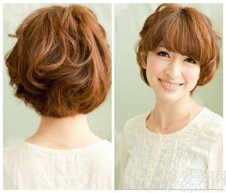 Style 2 刘海旁边编发 短发清爽,刘海修饰脸型。在刘海的两边编发,增加个性魅力,突出耳朵,显得清爽。发型DIY的步骤也很简单。  步骤1-2 Step 1:梳理头发,将短发梳理整齐,然后在刘海旁边抓一小把头发,为编发做准备。 Step 2:编发,刘海两侧都编发,并用夹子将编发发梢固定在耳后。  Step 3 抓散后面头发,增加立体感,完成这个短发的编发。时尚个性短发DIY发型很简单,赶快试试。