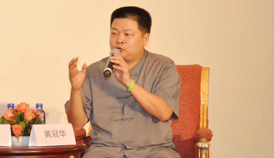 2013中国时尚产业圆桌论坛现场,旭荣集团执行董事黄冠华发表观点:市场是品牌很重要的一个点,文化底蕴有市场才能做出来。