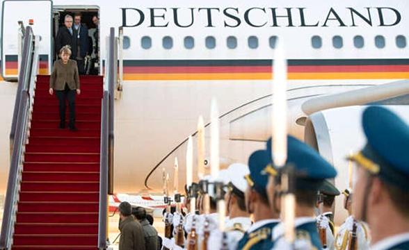 默克尔  乘专机抵北京国际机场 三军仪仗队列队欢迎