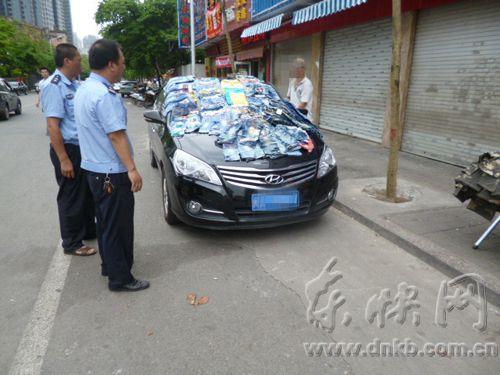 榕警方整治机动车摆摊 车身摆 满服装 小摊贩无 高清图片