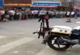 广东:女子边打手机边过马路遭泥头车碾压