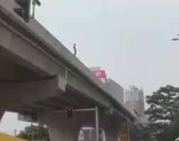 男子半裸跳下高架桥身亡 来回走动避开消防气垫