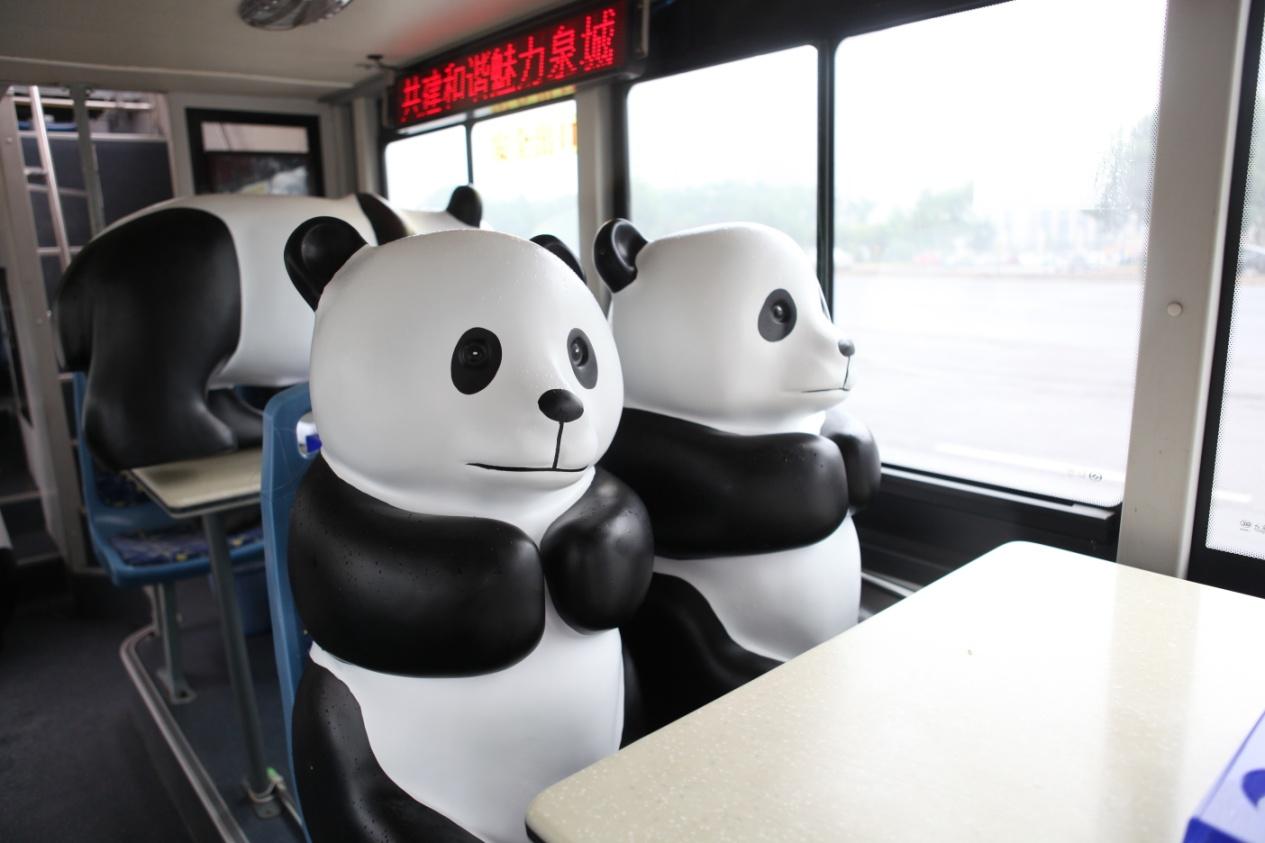 小小智慧树坐公共汽车-济南的多条线路公交车、双层旅游777敞篷车环游泉城,并在大明湖、高清图片