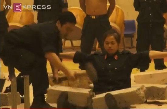 越南女子特警表演硬气功和高难度腹部碎大石