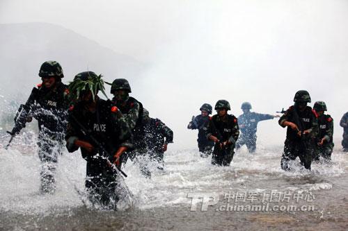 武警特种部队武装越野及武装涉水训练(中国军网图片)-俄媒关注中图片