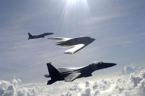 美国空军f-15与b-2编队飞行(资料图)