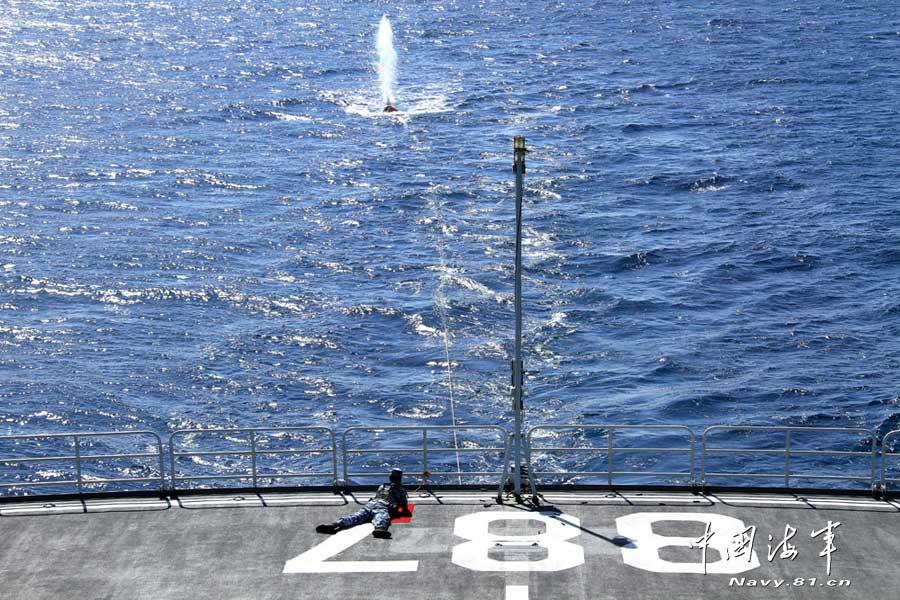 中国/随后,哈尔滨舰、绵阳舰、微山湖舰依次使用新型狙击步枪,轮流...