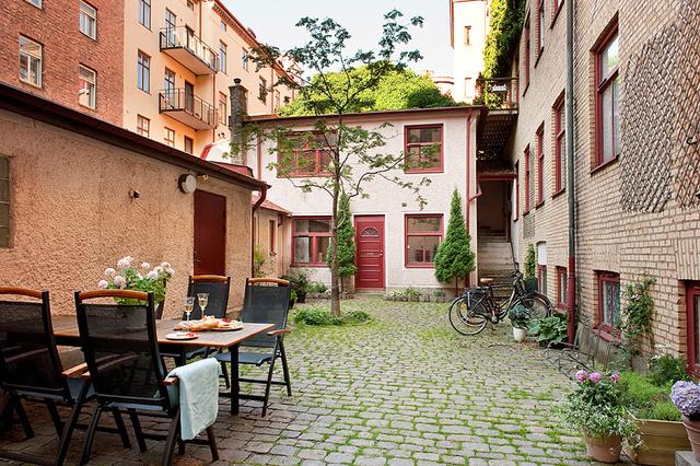 利亚12号,有一幢1878年左右的房屋,门口有个不大不小的院子,