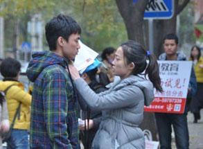 组图:北京某考点一女生为男友送考