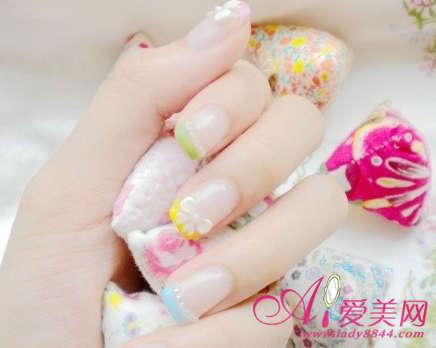 彩色的法式指甲搭配公主风蝴蝶结和珍珠造型!