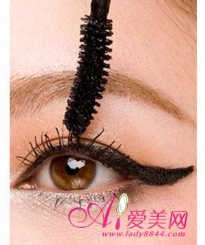 紧随时尚潮流巧学两款超魅力眼妆