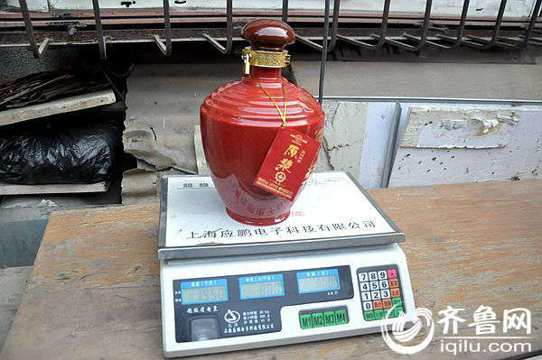 """酒瓶开启后倒置再次称重,与开启前相差无几。 齐鲁网济南2月17日讯(记者 李淼) 近日,济南市民刘先生在京东商城上购买了一瓶1500ml 汾酒集团30年至尊原浆酒,送给了自己的父亲,但是打开包装后却发现自己花了299元却买了个""""空瓶""""。 消费者:花299元在京东商场买酒买到空瓶 刘先生告诉齐鲁网记者,2014年1月27日,""""在京东商城购买了这瓶酒,29日就收到了货。因为当时验货时,外包装等都十分完整,没有一点破损,因此就签收了,把这瓶酒送给了我父亲,让他过年的时候喝。"""
