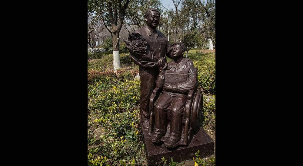3月24日上午,好人园入园第三批好人,增添3座好人雕塑入园,至此,好人园内共有好人雕塑17座。图为好人园内张辅世塑像。【点击阅读他的故事】(邬楠/文 彭铭/摄)