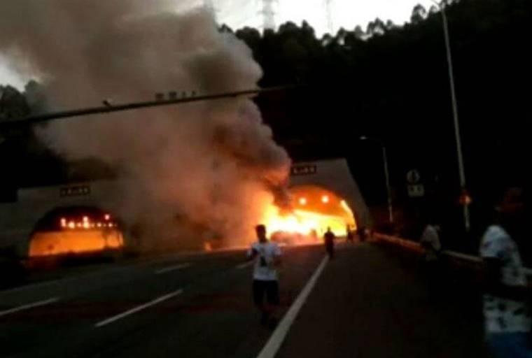 )下午6时许,广河高速东往西方向凤凰山隧道入口处发生六车相撞