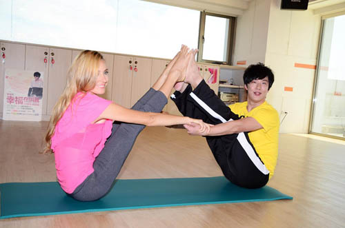 狂日欧美美女_萧煌奇拜外国美女为师 狂练瑜珈备战十周年个唱