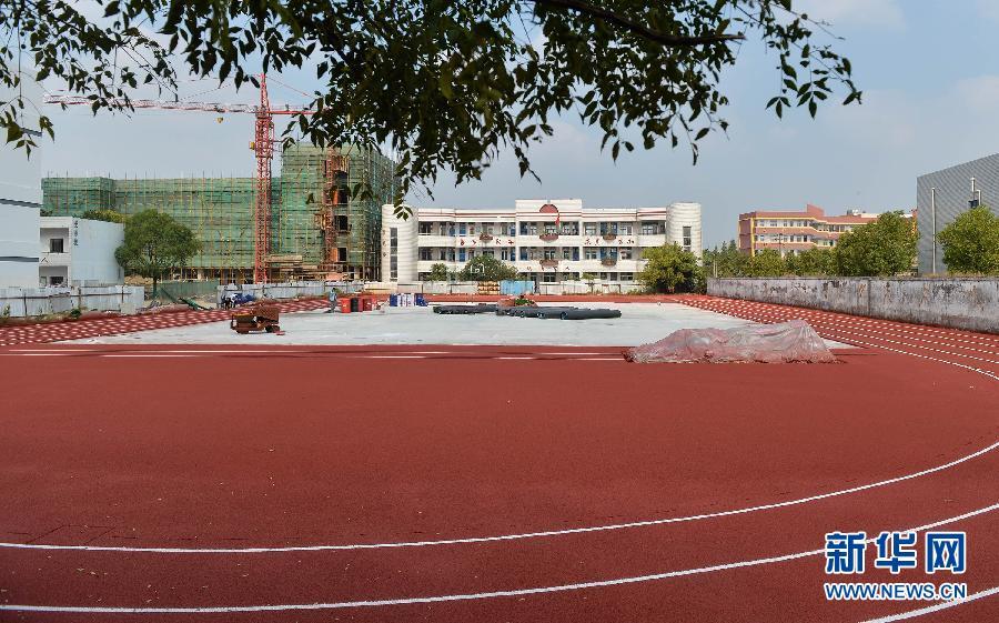 中心小学在建的塑胶跑道. 今年秋季开学以来,江苏、上海等多地中
