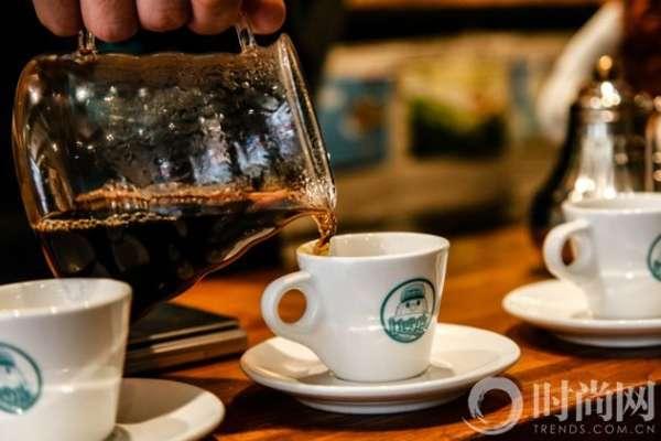 明星店主低调看店 实现梦想需要勇气,内地实力派演员王丽坤为我们带来了诸多影视作品,《北京青年年》、《前任攻略》、《有一个地方只有我们知道》等,然而在生活中,她也是一名专业级的咖啡烹饪师。从喜欢煮咖啡到喜欢喝咖啡,再到开一家美味、健康的咖啡店。
