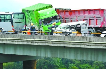 G75兰海高速发生车祸 执法车为逆行面包车开道救人