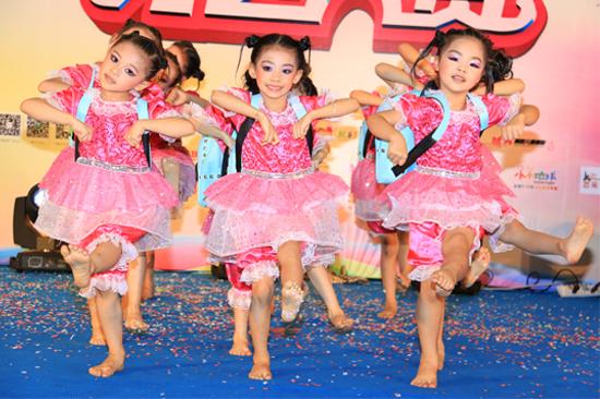 团体组合表演精彩舞蹈秀