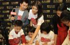 吴千语和主持人一起在看小朋友的创作