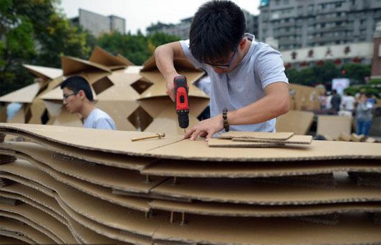 重庆大,中学生搭纸板房 造型奇特建梦幻空间
