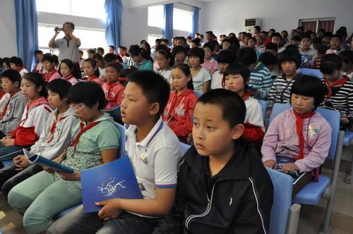 在学校阶梯教室,青岛海底世界副总经理,中国自然科学博物馆协会水