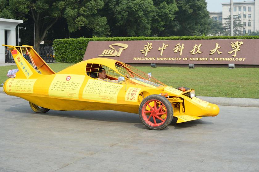 10月7日上午,武汉,在华中科技大学门前,来自湖北公安县的朱润强展示他自己研制的飞机赛车。朱润强花了一晚上的时间,从荆州开到武汉。这辆黄色的另类赛车仅有三个车轮,长5米,宽1.7米,设计时速可达300公里/小时。