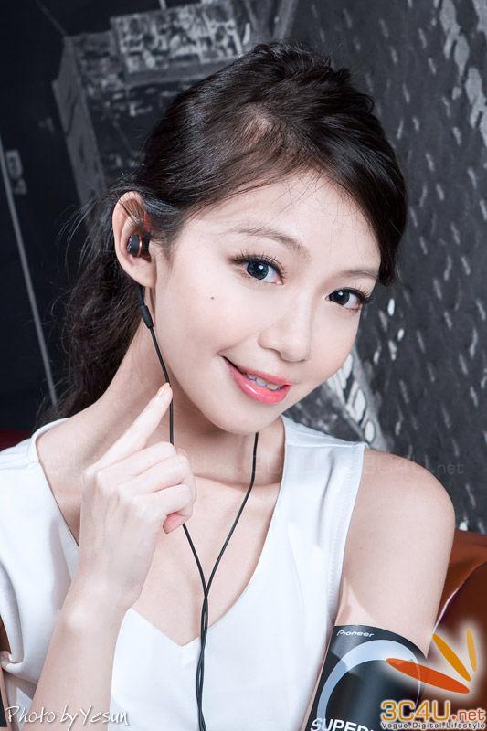清纯美女秀先锋耳机甜美照 科技频道