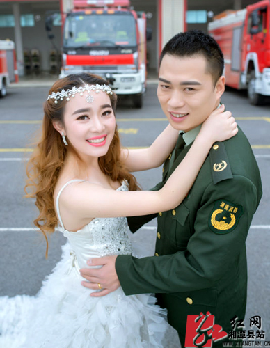 """消防员拍摄""""消防版""""婚纱照 战友消防车齐上阵"""