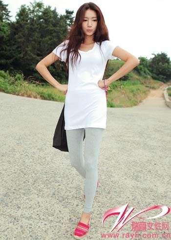 白色长款t搭配灰色legging和暗红色花纹平底鞋