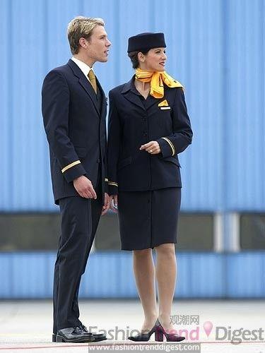 女款制服包含经铅笔裙,修身连衣裙,长裤,皮外套及配饰高档丝绸方巾等