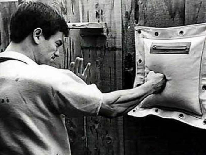 李小龙/在泰国曼谷拍摄《唐山大兄》时,秒杀泰拳王察尔·铺。