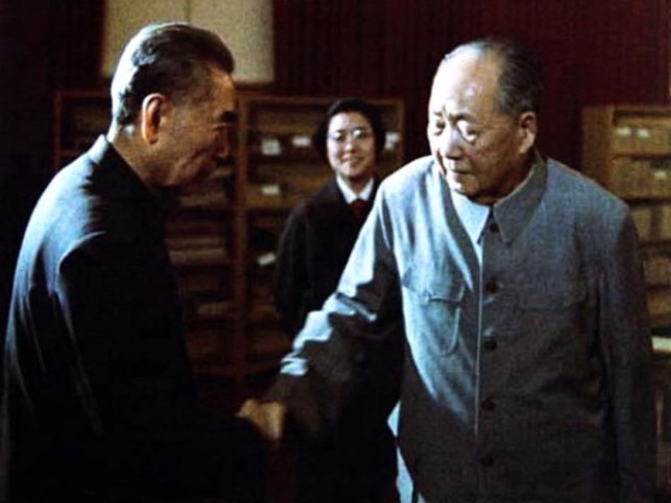 毛泽东最后一次与周恩来握手,当晚周恩来住进了305医院。1974年5月28日,马来西亚总理拉扎克来访。次日,周恩来陪同拉扎克走进了毛泽东游泳池的书房,这也是周恩来住进305医院前,最后一次走进这间与自己有着深厚革命情谊的老战友的书房。(图片来源:新华网)
