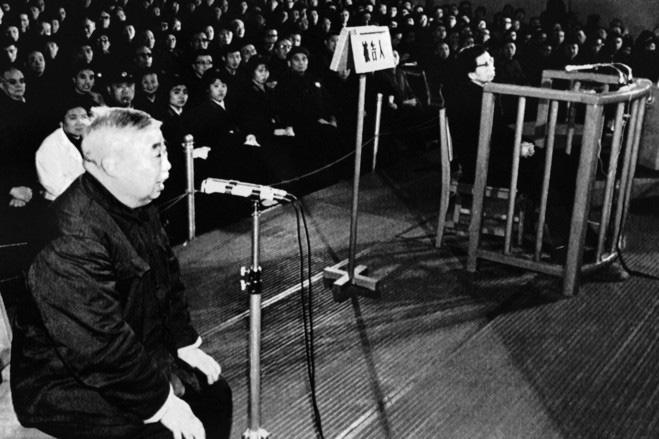 """1965年,空军司令员刘亚楼因病去世,时任空军政委的吴法宪因为老战友的逝世悲痛万分。当时在场的林彪看上他的忠顺,决定拉拢他,于是抢先向毛泽东举荐,将他由空军政委改任为空军司令员。吴法宪当上空军司令员后对林彪感激涕零,从此,吴法宪对林彪唯命是从,成为其手下最为""""忠心""""的干将。图为吴法宪当庭指证江青。"""