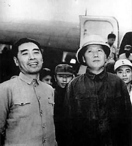 """毛泽东和周恩来这两个人,的确是不可分离的。说起来很有意思,在中国近现代历史上,常常有两人并称的例子。比如太平天国的洪杨(洪秀全、杨秀清)、戊戌维新运动的康梁(康有为、梁启超)、辛亥革命时期的孙黄(孙中山、黄兴)、中国共产党建党前后的""""南陈北李""""等。两个人中总是以一个为主,另一个也有别人难以替代的作用,往往是相互补充和相互依存。(文章来源:《文史博览》2008年第3期)"""