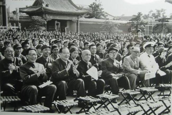 """图为1974年张春桥(左起)、纪登奎、苏振华、李富春、聂荣臻、周建人在劳动人民文化宫参加""""五一节""""游园联欢活动。"""