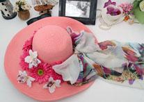 粉红帽子为蓝色大海增添靓丽色彩